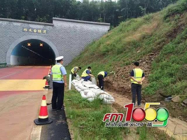高速民警陆续封闭了辖区内的珲乌高速公路,鹤大高速公路,汪延高速公路