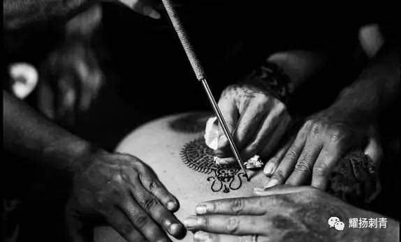 机器纹身算什么,告诉你手工纹身有多生猛,扎心的疼啊