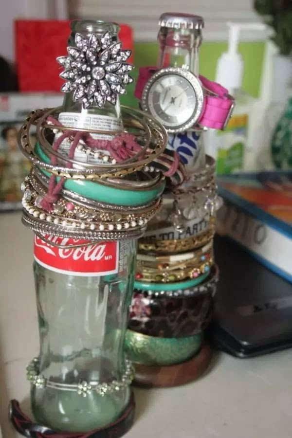 可乐瓶底部是现成的动物四肢,做一个萌萌的动物花盆再合适不过了.
