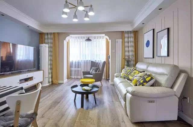 通铺木色地板的客厅,墙面颜色比较清晰,简约的吊顶,阳台的门洞造型,拼图片