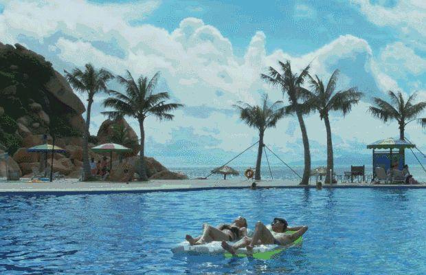躺在酒店豪华海景别墅舒适的大床上就能听涛观海,看日出日落 那琴半岛