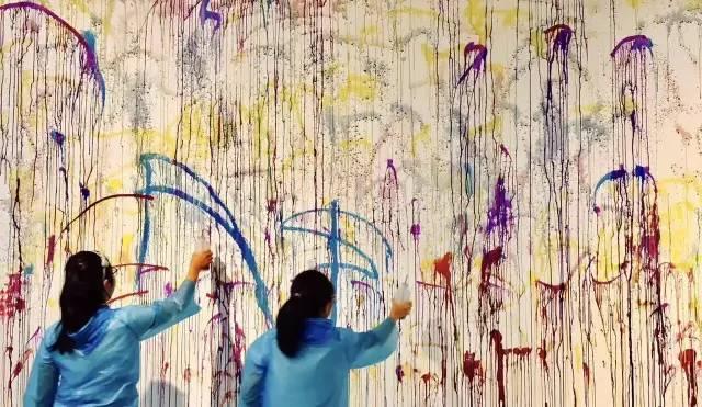 儿童美术的最大价值在于创造。而非技巧。上海现代儿童美术馆馆长薛文彪从事创意美术教育多年,在他看来,儿童应该在12岁以后才开始学习素描、速写、造型、明暗这些传统美术基本功,过早学习没有意义。儿童跟成人不一样,儿童阶段的基础应该是:色彩、构图、认知、大胆表现,以及掌握各种绘画工具和材料,包括水彩、水粉、油画、炭笔、水墨等等。 中国美术家协会少儿美术艺委会委员陈发奎同样认为,儿童绘画是最典型的直觉反映,在诸多印象面前适当引导,使儿童一开始就进入创作成为可能。陈发奎赞同儿童画的不似之似:不似为欺世是
