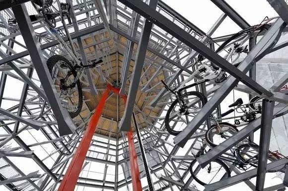 外国人除了设计各种各样的自行车停车系统,还在公共设施上下工夫,把