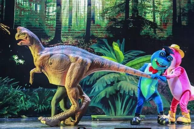 采用欧美高仿真制作技术,使用环保硅胶制作恐龙表皮,其动物皮肤的弹性