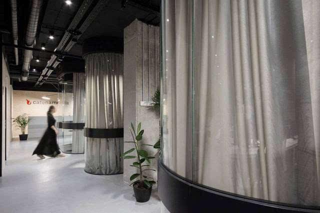 圆形玻璃也隔离出了一些更加实用的私密空间,包括大会议室,小休息室和