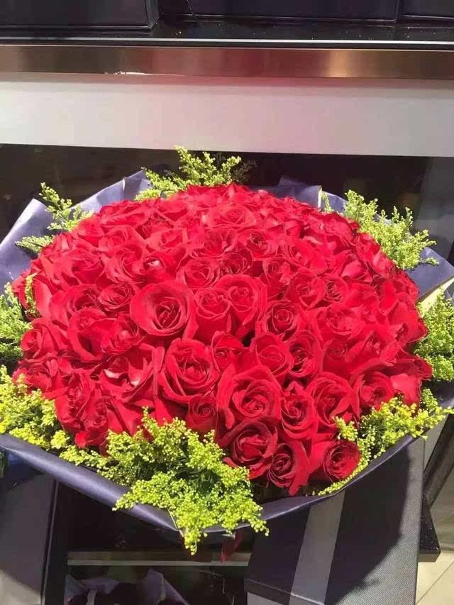 """"""",于是我走到阳台那边,看到楼下的他捧着一大束玫瑰花,拿着话筒说:"""""""