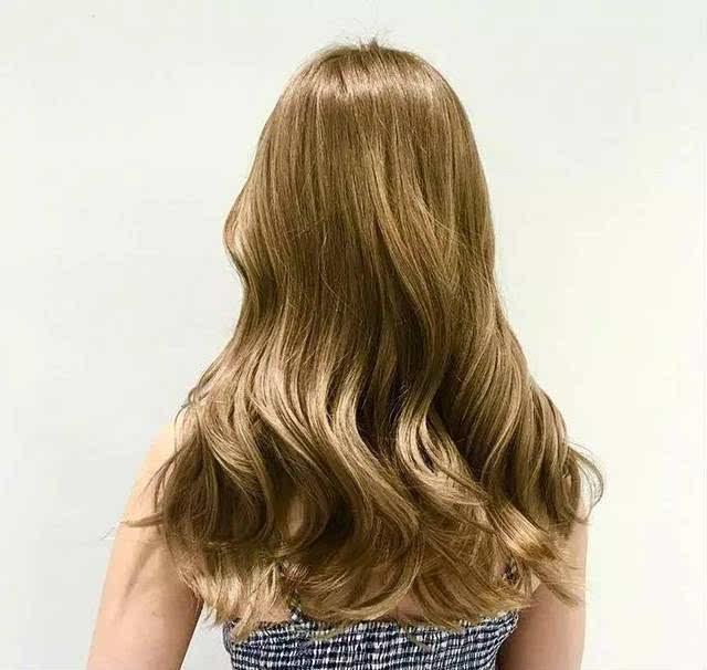 头发看起来很有光泽感, 不想要高调的亮色系发色, 选择百搭的深色系