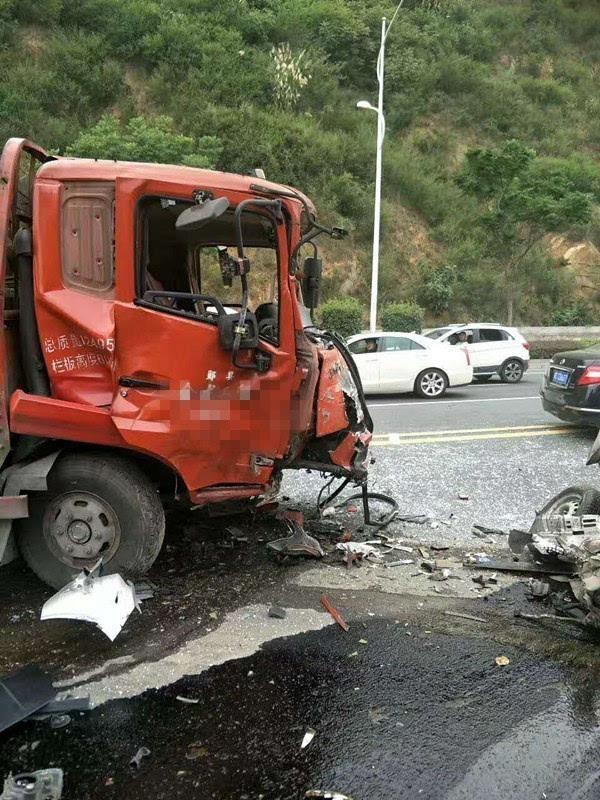 昨日,这里也发生一起惨烈车祸,两车激烈相撞,(附视频)