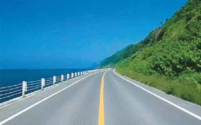 一般是两车道道路的中间分割线,单黄实线不允许越线,超车或掉头,通常