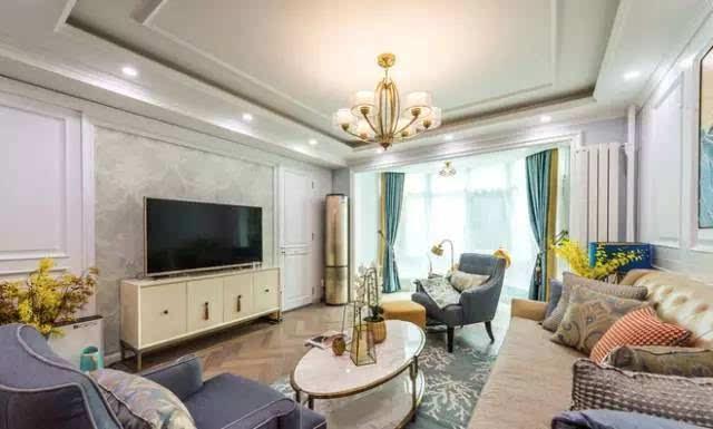 客厅电视背景墙 对称护墙板作为电视墙,其中一侧作为厨房门洞.