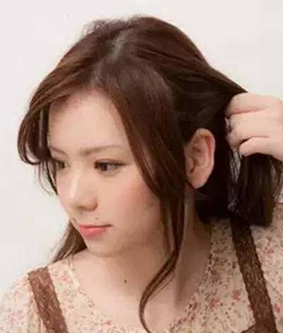沿着耳朵的位置,将刘海与侧面头发分开.