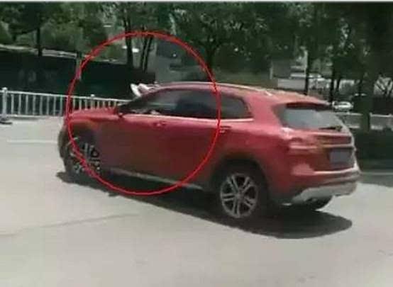 撸一撸成人电驴_【交通】广西女司机拖鞋开奔驰撞电驴,三女暴晒街头互