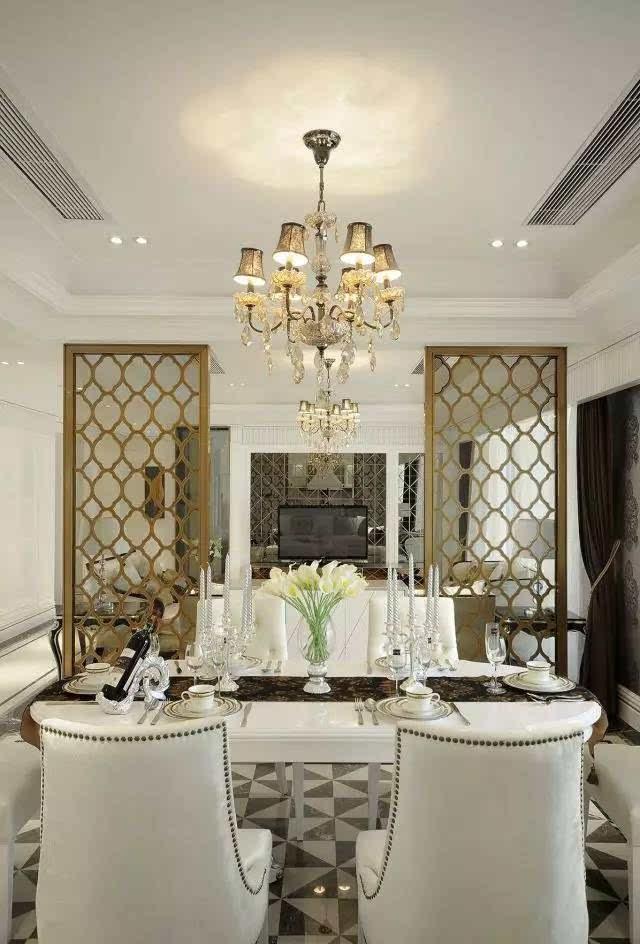 明亮的窗户,纱帘则延续了客厅的风格,搭配精致线条的灯饰尽显欧式风情