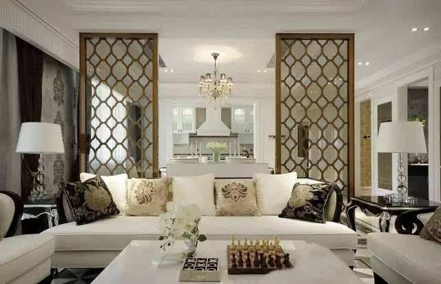 浅色和木色家具有助于突出清贵和舒雅,格调相同的壁纸,帘幔,地毯,家具