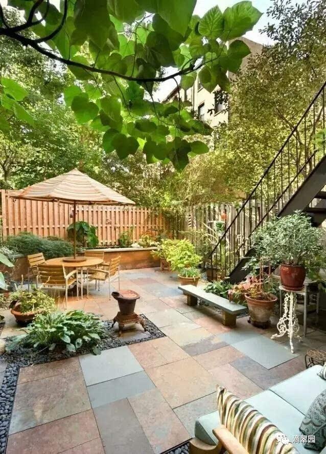 3、用青石起个小围墙,种上一些花草,边上种上一棵大乔木,层次分明  4、如果是兄弟几个一起盖房的,还可以做个公共小花园  5、或者直接在围墙内中小庭院,种上爬藤植物做垂直绿化,顶上再装个可收放的雨棚  6、简单地摆上一个太阳伞跟铁艺座椅,边上一个缓坡草坪,一些绿植  7、植物与其他元素搭配起来才美。在庭院摆个小小的餐桌椅,在这里玩玩小游戏  8、面积再大点的庭院,可以用木栏围起来,然后做个活动小院子,摆上盆栽  9、私人小花园,享受别墅般的生活  10、如果太多花花草草担心有蚊虫,那么可以做个简单点的禅