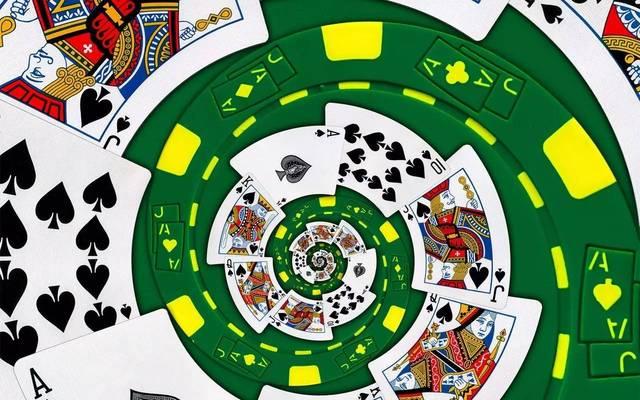 牌中抽取扑克牌五张,大鬼可当红色牌任意花色,小鬼可当黑色牌任意花色