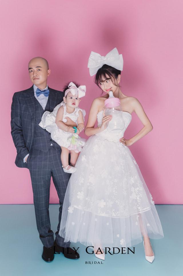 ▼包文婧选择了俏皮可爱的手工立体花朵短款婚纱.