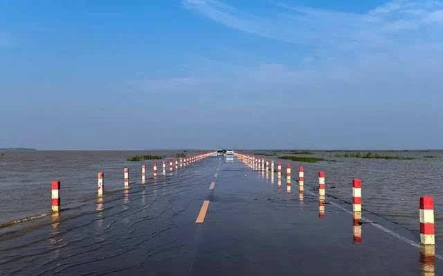 每年暑期,雨水丰沛 鄱阳湖的水位上涨 永吴公路大湖池路面就会被淹没