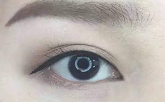 后半包型眼线眼尾除了上扬延长,下眼线从瞳孔下方到眼尾,连接上眼尾