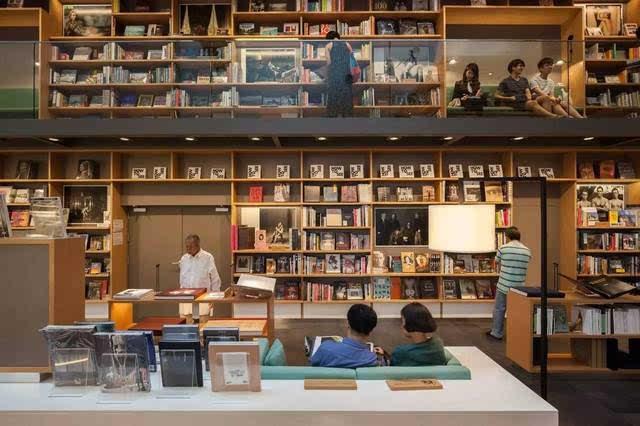 Klein Dytham Architecture 在Amanda Levete最近在泰国曼谷的中央大使馆综合楼完成了一个庞大的商店,餐馆和合作空间的村庄。 位于曼谷的Amanda Levete位于尖沙咀37层的零售和酒店塔楼,距离酒店仅有4600平方米,拥有四十四间餐厅和酒吧,艺术画廊,书店,工作空间和儿童区。  这个东京的公司解释说:今天的大城市,特别是在亚洲,已经回到了访问,生活和工作的人们身上。 人们正在工作,购物,吃饭或在空间之间过境,无处可以停下来,呼吸,坐下或者简单地控制你的感官,