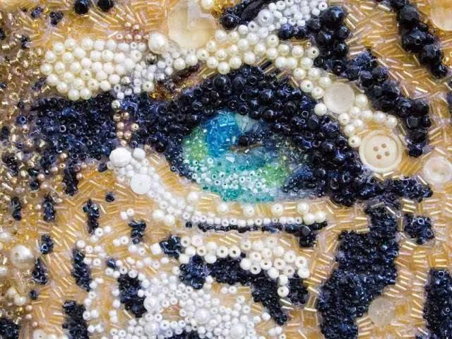 串珠画的特点在于色彩丰富,同时,亮色的珠子最适合做动物的眼睛,让画