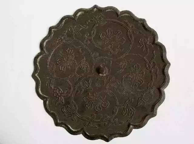 宋缠枝花纹铜镜
