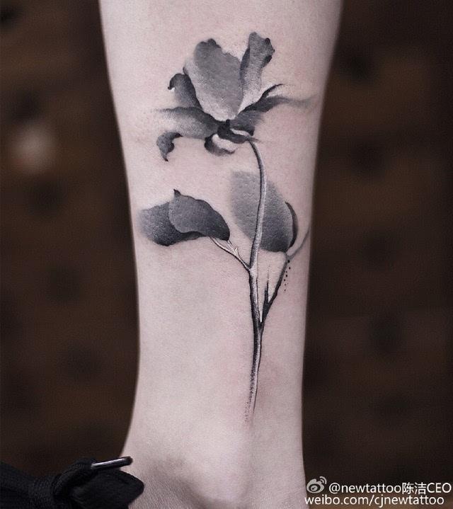 在她的纹身图案中 莲,金鱼,燕子,梅兰竹菊… 这些传统中国元素最为图片