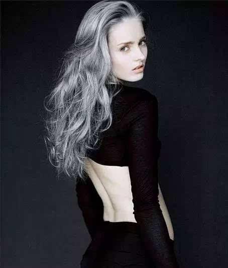 其实真正好看的奶奶灰是烟灰色,烟灰用的是染发蜡,而且上色后头发是有