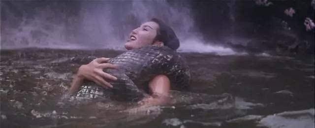 水中色自拍视频_通过蛇的象征意义,来表现法海与小青水中交欢.