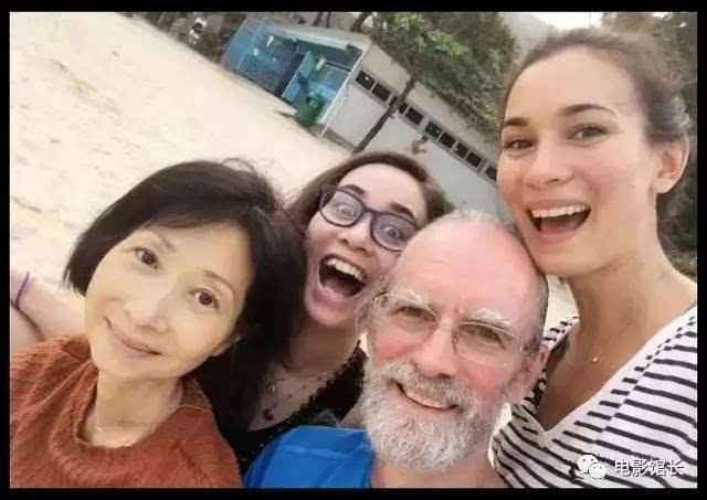 美国人自拍性交视频_卢靖姗的母亲是中国人,父亲是美国人,香港出生的中美混血儿,父亲曾经