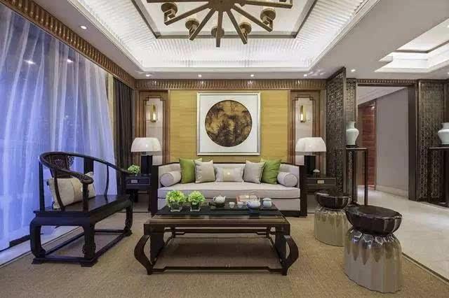 无论是沉稳大气的木制沙发,茶几,还是背景墙的中式挂画,都彰显出主人
