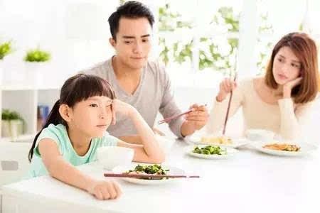 追着孩子喂饭,强迫孩子进食,只会让孩子对吃饭这件事越来越提不起兴致