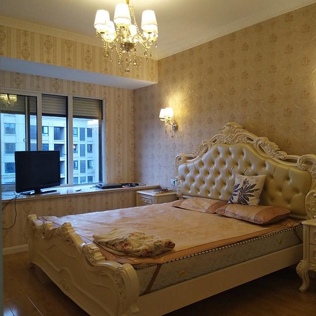 一进主卧,便被乳白色的欧式洋床吸引,软包的靠背,奢华美观,与华贵的吊