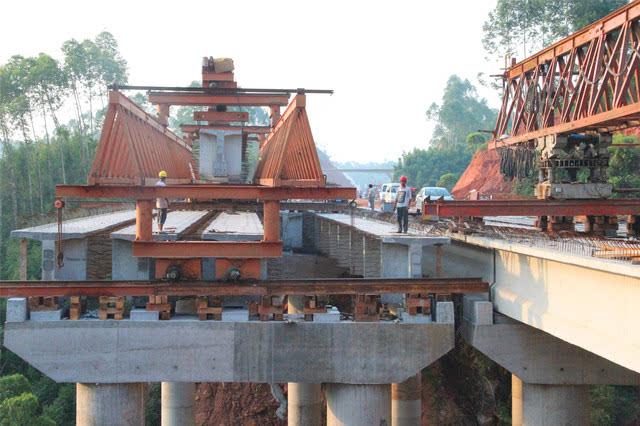 乐自高速乐山城区连接线桥架梁施工现场