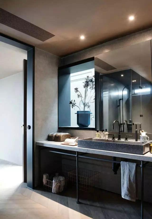 洗手间 卧室的洗手间采用了时下流行的水磨石材质,与金属配件组合在