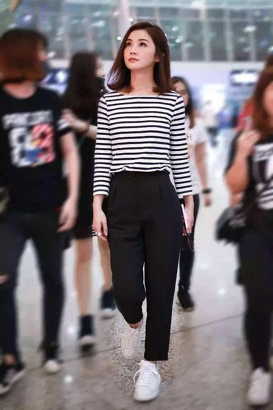 倪妮一身白色阔腿裤搭配运动鞋,甜美中带着帅气.