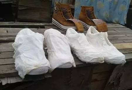 用纯白牙膏将鞋子刷一遍,再用清水洗干净.