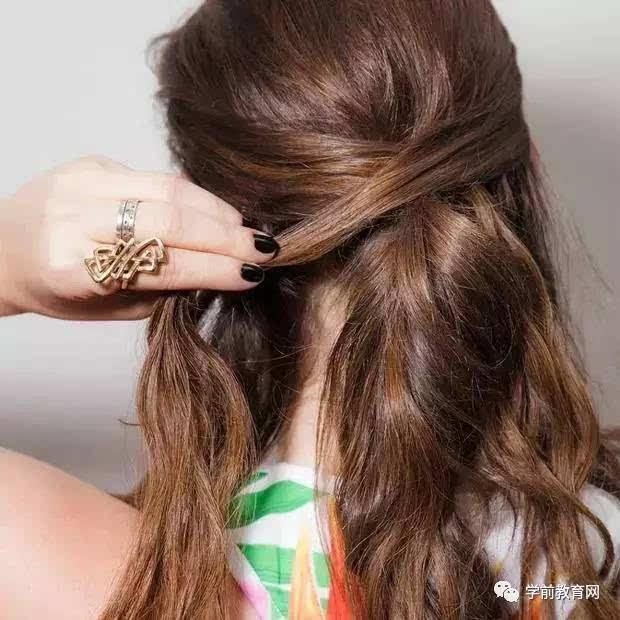 上面的一半用头绳炸起来,下面的头发分成左右两部分.