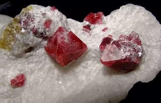 尖晶石:冲破火焰的荆棘之花