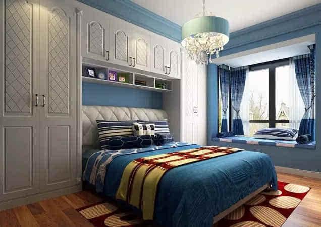 白色门板精美线条的衣柜,就这样将床头的整面墙利用,美丽的衣橱,让