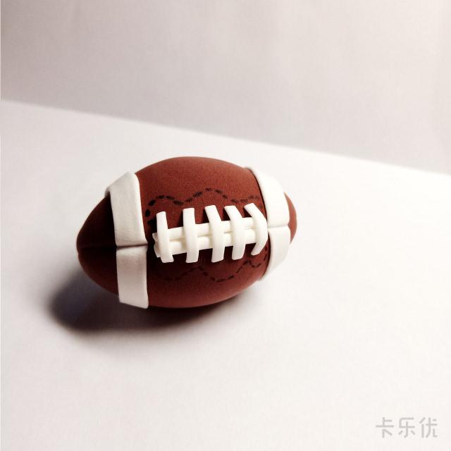 4. 用白色粘土做出花纹,橄榄球就做好了!