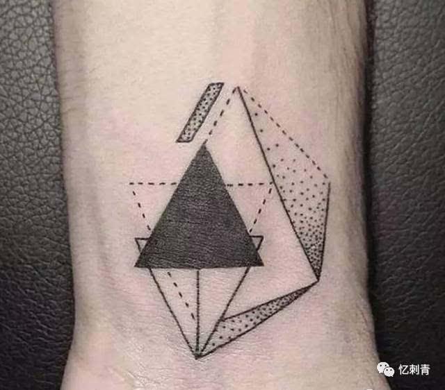 再放一波纹身图案推荐:这些几何,点线纹身男女都适用