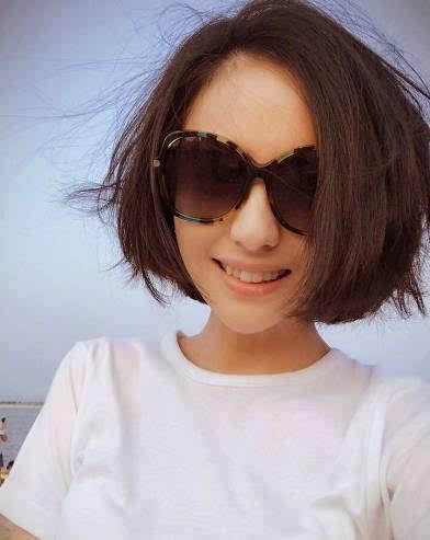 ▼ 耳际部位的卷发 为简洁的发型增添时尚感 ▼ 袁姗姗 剪了短发之后图片