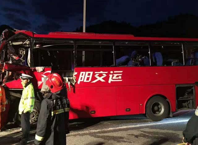 揪心 成都至洛阳客车发生重大车祸,已致36死13伤高清图片