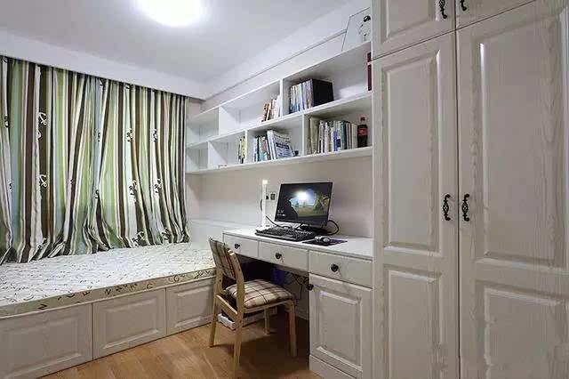 次卧打的榻榻米,同时柜子也打的特别的多,收纳柜,衣柜,书桌一体柜