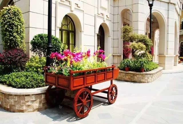 可以在街边休憩一下 享受欧式浪漫 小小的喷泉散落的水珠 滋润了花圃