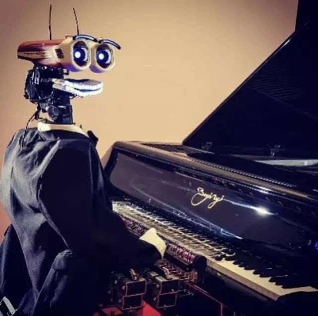 瞬间刷屏!机器人53根手指弹钢琴秒杀所有人类,还用表情挑逗你
