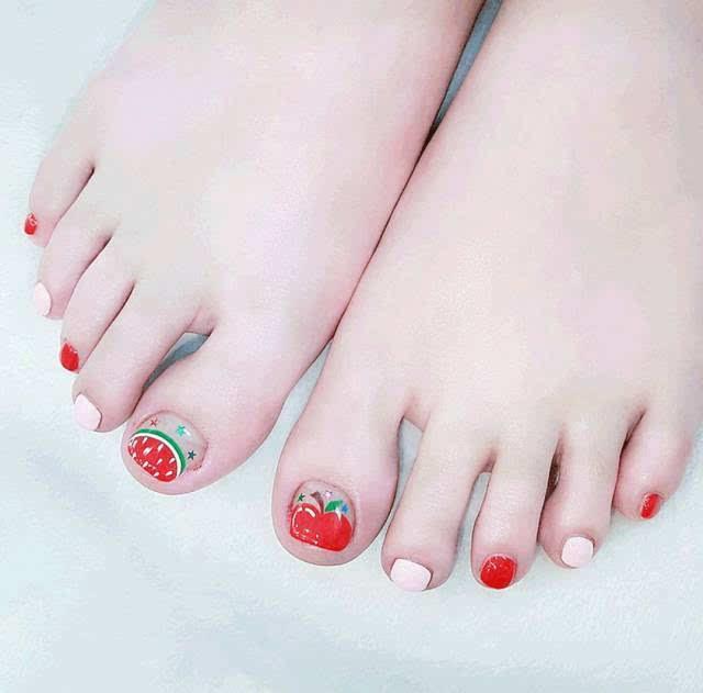 红色 笑脸 简单的笑脸或者各种小图案,是小仙女们的最爱,可爱又时尚
