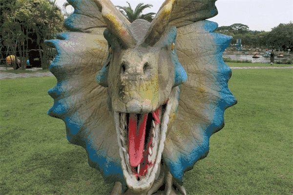最长的可达15米, 每头恐龙都是高度仿真制作, 栩栩如生,形态各异~ 当