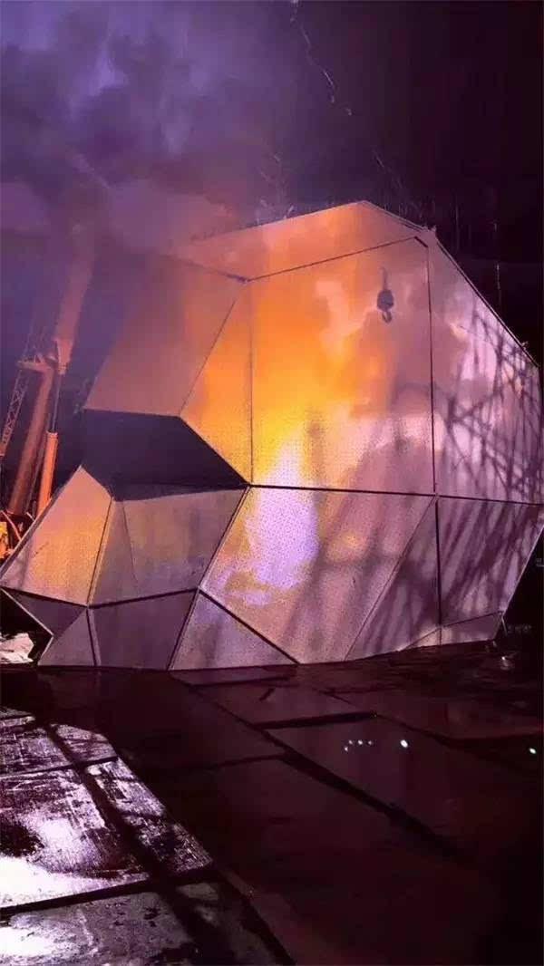 【美圖預警】巨型神秘人物x-man驚現汪峰鳥巢演唱會,15臺徐工起重機才圖片